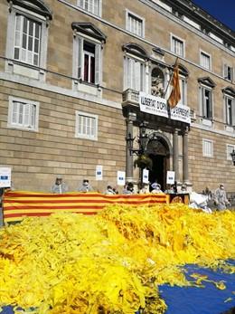 28A.- Activistes Antiindependentistas Bolquen Sacs De Llaos Grocs ENFRONT DE