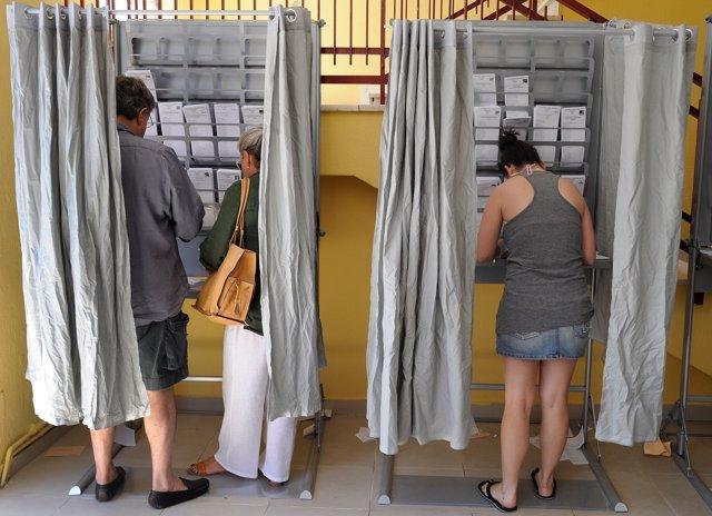 Cabinas para votar en las elecciones generales