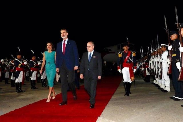 Los Reyes esperaron casi una hora en el avión en el aeropuerto de Buenos Aires p