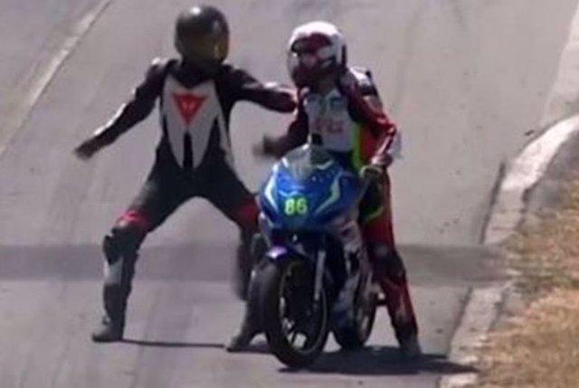 Dos pilotos se enzarzan a puñetazos sobre una moto en plena carrera en Costa Ric