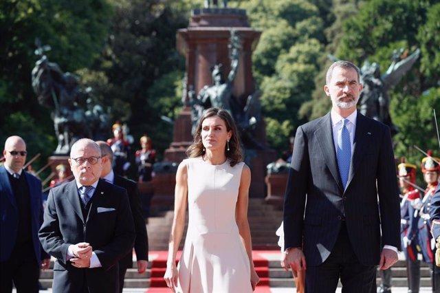 Los Reyes inician un viaje de Estado a la República Argentina acompañados del mi