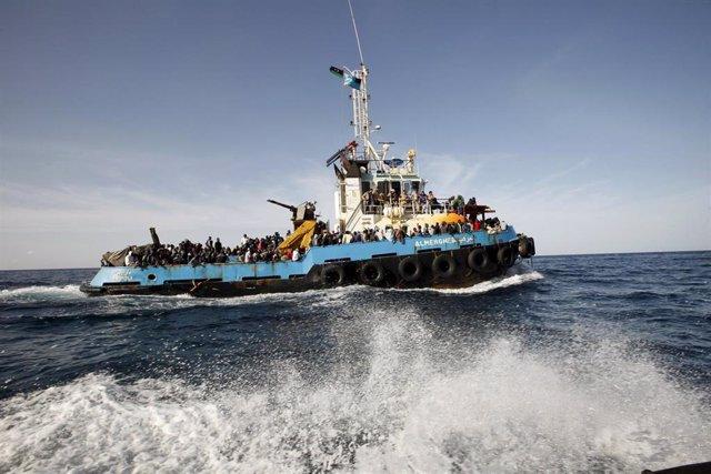 Un barco transporta inmigrantes rescatados de aguas del mediterráneo
