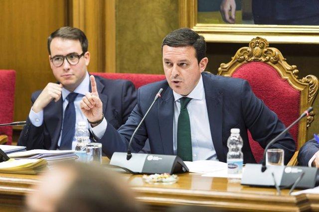 Javier Aureliano García (PP), presidente de la Diputación, interviene en pleno.