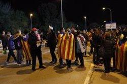 Estelades i pancartes dels presos independentistes, al partit de la selecció catalana (ACN)