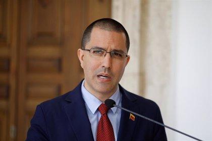 Arreaza condena la detención de tres funcionarios venezolanos en Colombia