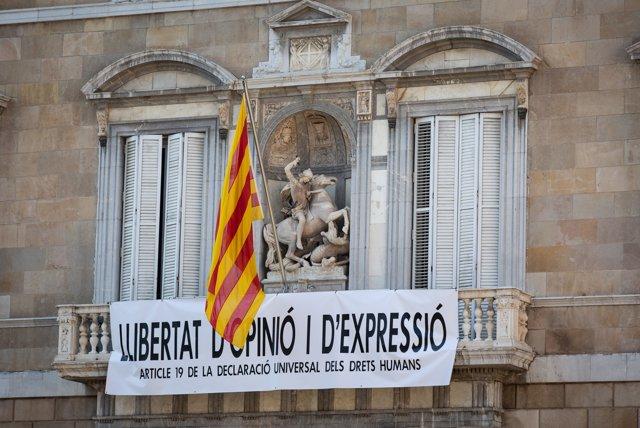 Nueva pancarta reivindicativa en el Palau de la Generalitat