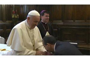 Difunden el viral momento del Papa Francisco evitando que los feligreses besen su famoso anillo papal