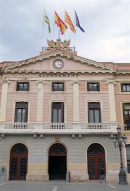 La bandera española vuelve a ondear en la fachada del Ayuntamiento de Sabadell