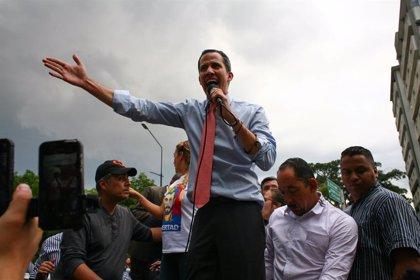 """Un grupo de """"civiles armados"""" lanzan un artefacto explosivo contra el vehículo donde viajaba Juan Guaidó"""