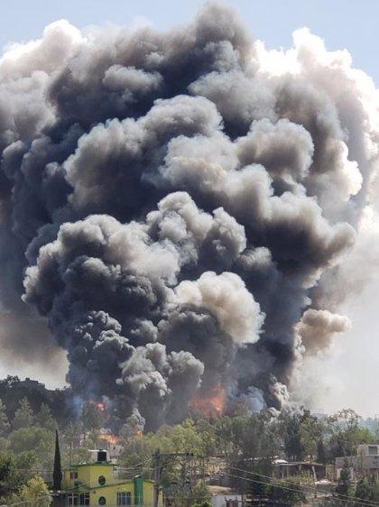 Explotan dos almacenes de pirotecnia y provocan un gran incendio en México