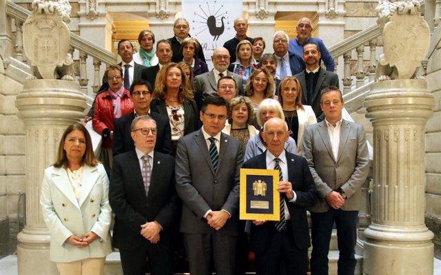 """ALCER entrega su """"pin de oro"""" a los asturianos por """"su solidaridad en las donaci"""