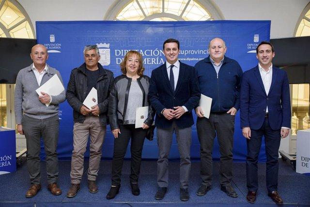El presidente de Diputación con los ayuntamientos beneficiarios de ayudas.