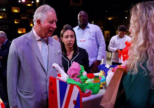 El príncipe Carlos inaugura una estatua de Shakespeare durante un recorrido por