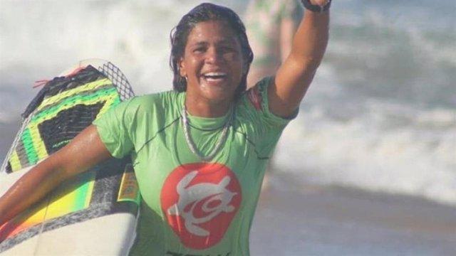 Muere la surfista brasileña Luzimara Souza tras ser alcanzada por un rayo mientr