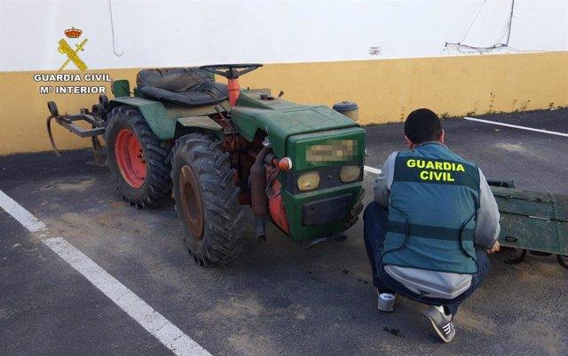 Huelva.- Sucesos.- Detenidos tres hombres acusados de robar un tractor y enseres