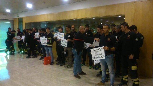 Sevilla.- Los bomberos de la Diputación vuelven a protestar en el pleno en deman