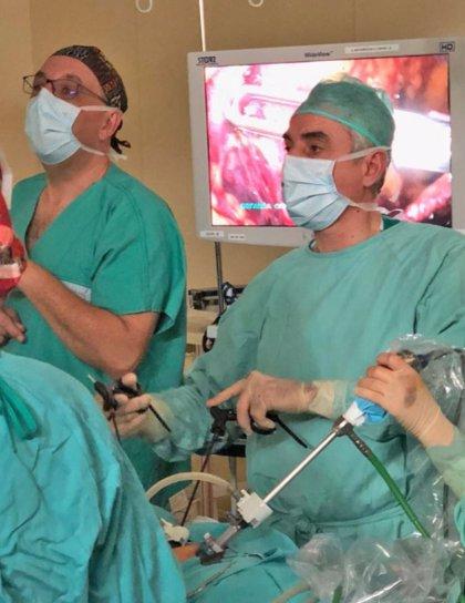 Una novedosa técnica quirúrgica repara el descolgamiento abdominal tras un embarazo con tres cicatrices mínimas