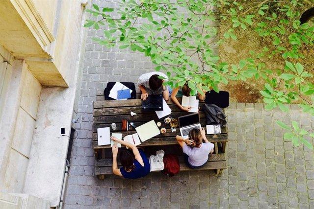 La Embajada de Francia convoca 50 becas para estancias de estudiantes españoles
