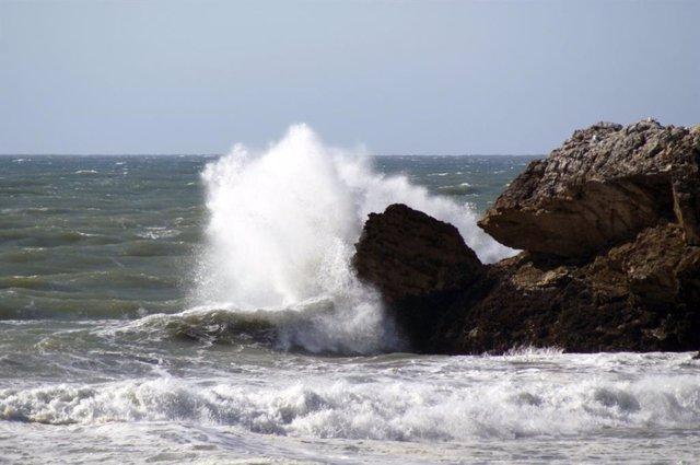 Previstos avisos amarillos por fenómenos costeros este miércoles en Cádiz, Grana