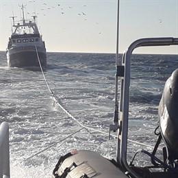 Pesca.- Remolcan hasta A Coruña a un arrastrero a la deriva, con uno de sus trip