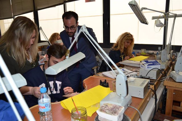 Córdoba.- El delegado de Empleo de la Junta visita la Escuela de Joyería para co