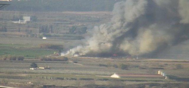 Un incendio calcina tres de las cuatro naves de una explotación avícola en Alfar