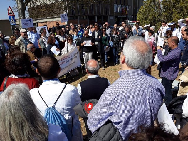 Un centenar de científicos protestan en Moncloa para pedir al Gobierno el cumpli