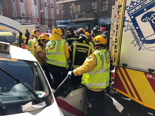 Sucesos.- Aparatoso accidente en Vallecas tras marearse un taxista y quedar semi