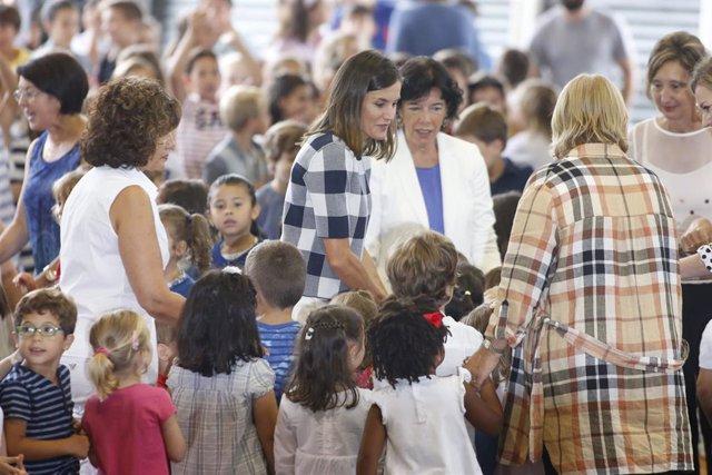 La Reina doña Letizia visita el Colegio Público Baudilio Arce en Oviedo con moti