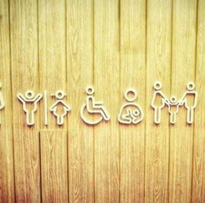 Una campaña contra el cáncer de colon de Merck conciencia sobre la enfermedad con los iconos del baño