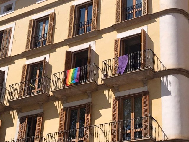 MÉS per Palma retira els llaos de la seva balconada de l'Ajuntament i penja una