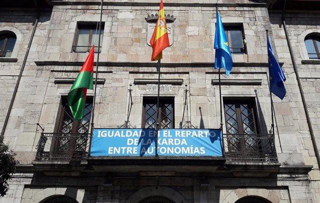 Rural.-El Ayuntamiento de Llanes coloca en el consistorio una pancarta por un re