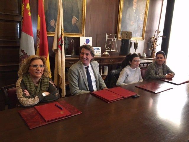 Foto nuestra. Representantes de Aspace junto al alcalde de Soria, Carlos Martíne