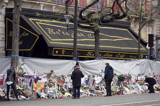 Actos de homenaje junto a la sala Bataclan tras los atentados de París