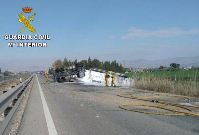 Alicante.- Sucesos.- Un camión de gasoil derrama parte de su carga tras volcar y