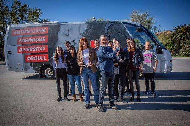 Collboni hace un circular un bus del PSC por Barcelona contra el acto de Vox