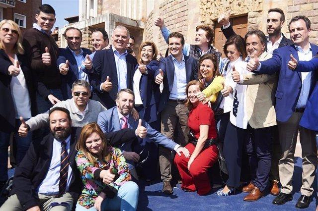 Foto de familia de Pablo Casado con miembros del PP de Cantabria