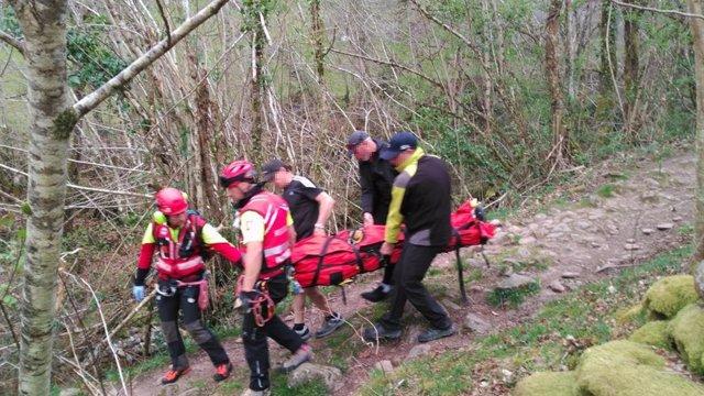 El helicóptero del Gobierno rescata a una senderista accidentada y herida en Veg