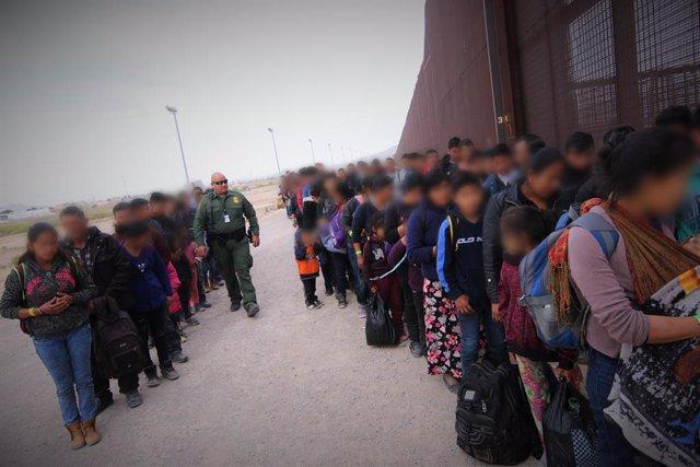 Estados Unidos liberará a migrantes por la superpoblación de sus instalaciones e