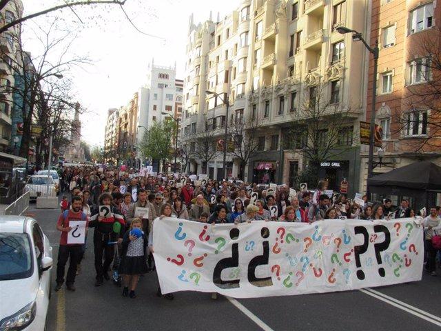 Cientos de padres y alumnos de centros de iniciativa social piden en Bilbao una