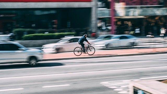 Los conductores de automóviles deshumanizan a los ciclistas y no los ven del tod