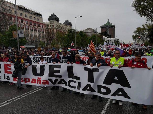 AV.- 'La España vaciada' llena el centro de Madrid para reclamar medidas contra
