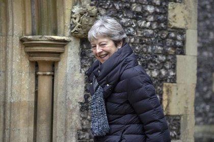 """May intenta aplacar a su partido para impedir un Brexit """"por las malas"""""""
