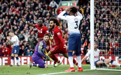 El Liverpool sufre para ganar al Tottenham 'in extremis' y de rebote