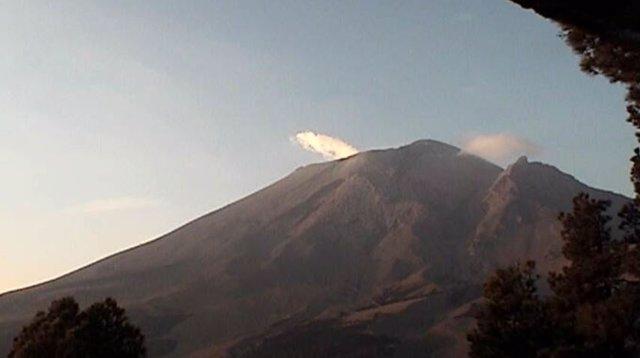 El volcán Popocatépetl amanece exhalando vapor de agua y gases