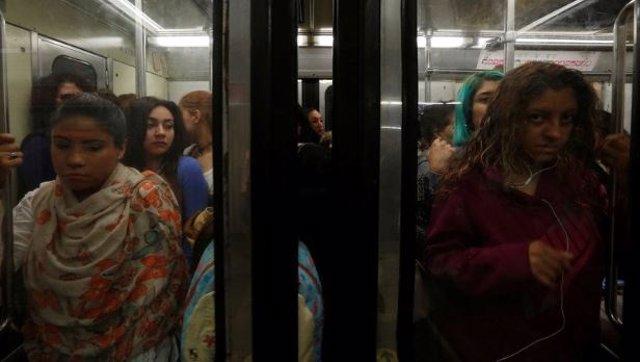Graban a una mujer pegando a un presunto acosador en el metro de México