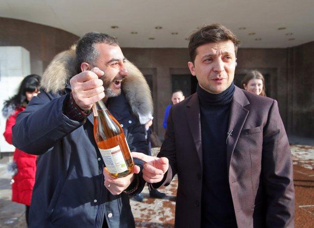 Ucrania.- El cómico Zelenski amplía su ventaja sobre Poroshenko y los ucranianos creen que será el próximo presidente