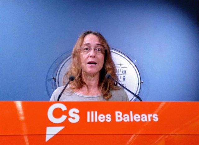 Olga Ballester En La Rueda De Prensa Del Parlament