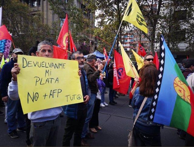 Miles de chilenos marchan a lo largo del país por un sistema de jubilaciones dig