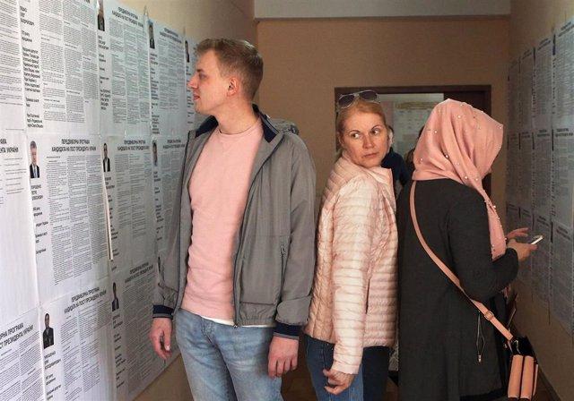 Comedian leads presidential election in Ukraine